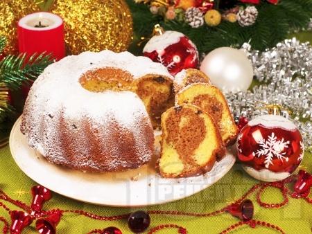 Коледен двуцветен (шарен) кекс с какао и стафиди - снимка на рецептата